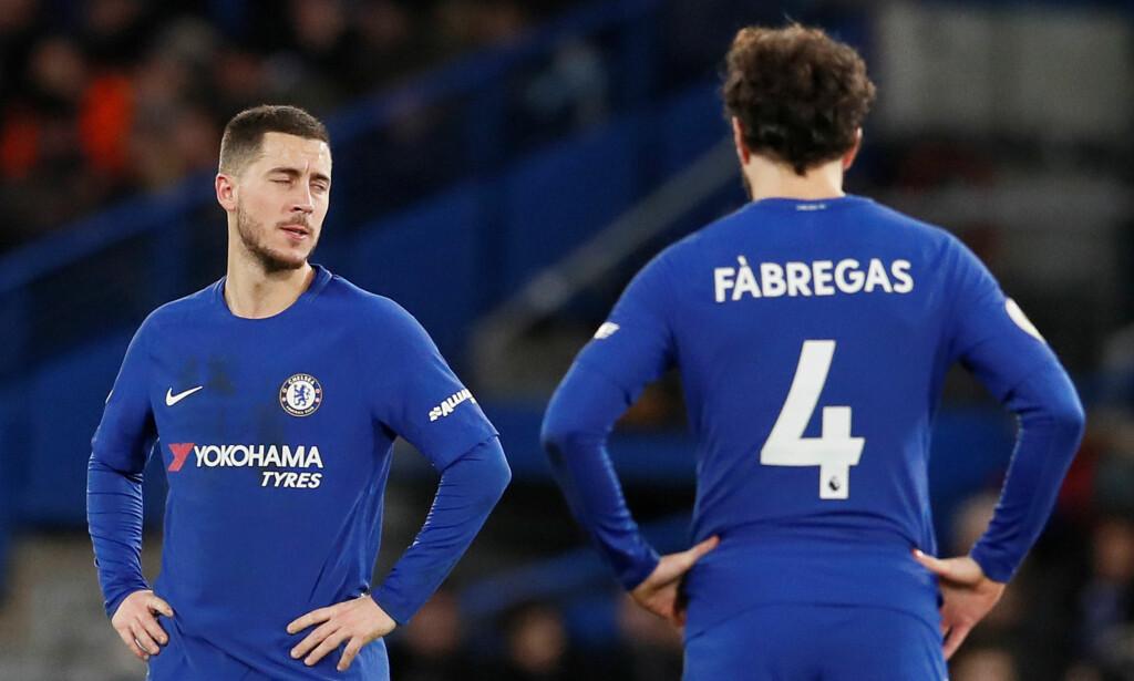 FORTVILER: Eden Hazard og Cesc Fabregas med hendene på hoftene. De og resten av Chelseas mannskap ble kjørt over av Bournemouth, som til slutt vant hele 3-0 på The Blues egen hjemmebane. Blant målscorerne var en tidligere Chelsea-spiller. Foto: REUTERS/David Klein