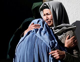 I SORG: Sikkerhetssituasjonen i Afghanistan blir verre fra uke til uke. Her sørger kvinner etter en selvmordsaksjon i Kabul. Foto: Mohammad Ismail / Reuters / NTB Scanpix