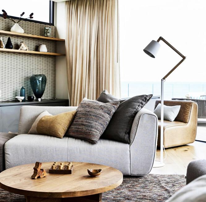 TAKTILT HÅNDVERK: Kontraster i overflater og tekstiler og grove, solide materialer skaper et lunt, tidløst og innbydende interiør.