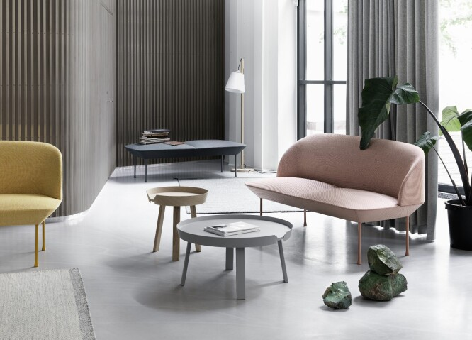 ABSTRAKTE OG MYKE FORMER: Oslo-sofaen og Base Table fra Muuto har de myke, runde formene som er så hot akkurat nå.