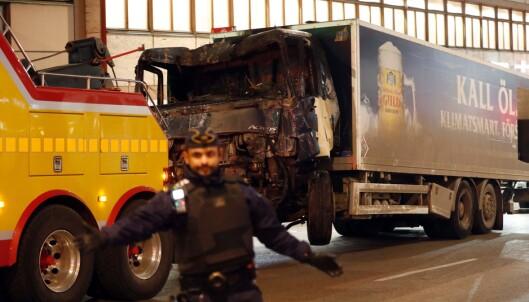 LASTEBILEN: Dette er lastebilen som Akilov stjal og kjørte gjennom Drottninggatan i april i fjor. Her blir den kjørt vekk fra åstedet. Foto: AFP PHOTO / Odd Andersen