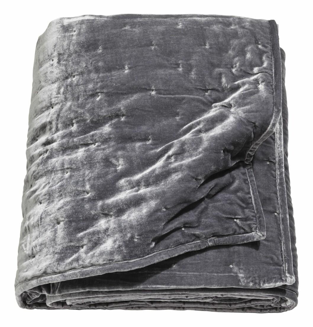 Sengeteppe av fløyel (kr 1000, H&M Home).