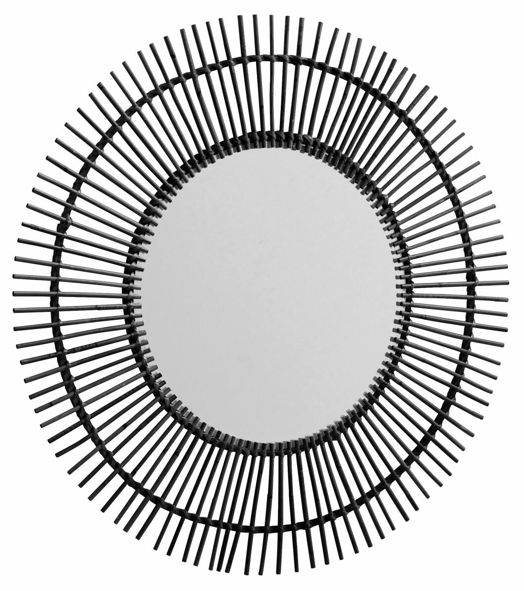 Speil med rattan-ramme (kr 1100, Nordal).
