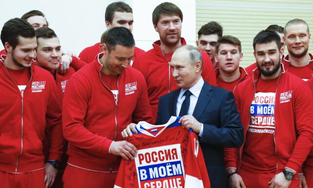 RUSSLAND I MITT HJERTE: President Vladimir poserer med tidligere utestengte russiske idrettsutøvere tidligere i uka. Foto: AP / NTB Scanpix