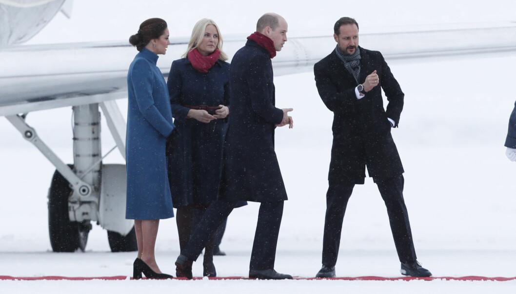 <strong>HILSTE PÅ:</strong> Kronprinsparet sto klare for å ønske sine kongelige kolleger velkommen til Norge på den militære delen av Oslo lufthavn. Foto: NTB scanpix