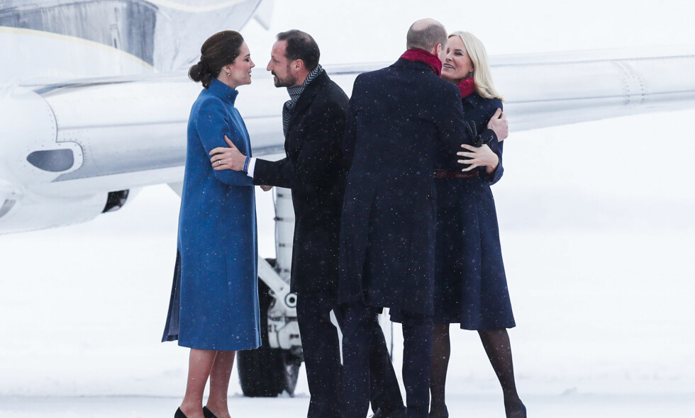 VELKOMMEN: Hertuginne Kate og prins William ankom Norge like etter klokka 12:00 torsdag ettermiddag. Kronprinsparet sto klare for å klemme britene. Foto: NTB scanpix