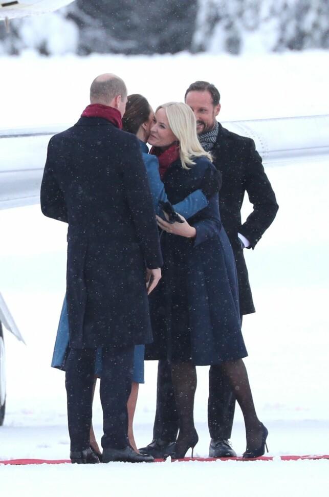 KJÆRKOMMENT GJENSYN: Kronprinsparet har møtt Kate og William tidligere, men det er første gang de er på offisielt besøk til Norge. Ankomsten virket trivelig, og parene sto og småpratet før de hoppet inn i ventende biler. Foto: Andreas Fadum