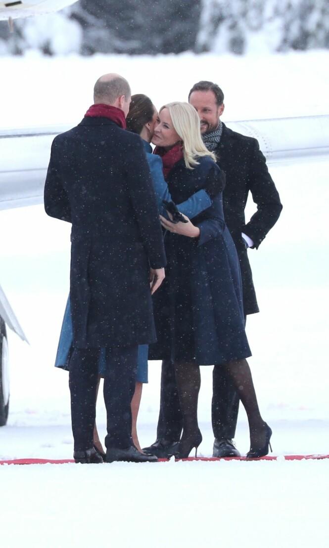 <strong>KJÆRKOMMENT GJENSYN:</strong> Kronprinsparet har møtt Kate og William tidligere, men det er første gang de er på offisielt besøk til Norge. Ankomsten virket trivelig, og parene sto og småpratet før de hoppet inn i ventende biler. Foto: Andreas Fadum/ Se og Hør