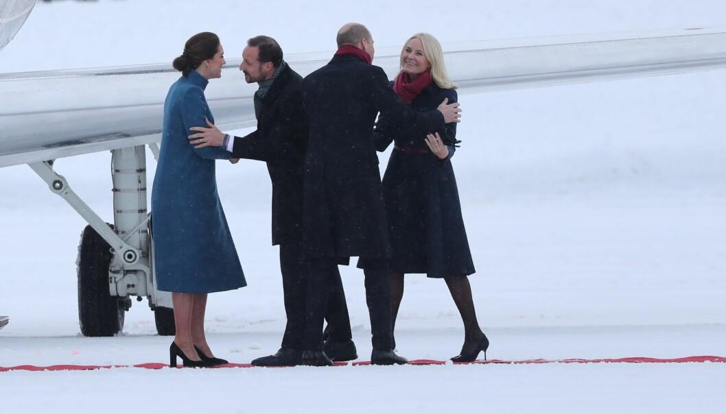 <strong>VELKOMMEN:</strong> Hertuginne Kate og prins William ankom Norge like etter klokka 12:00 torsdag ettermiddag. Kronprinsparet sto klare for å klemme britene. Foto: Andreas Fadum/ Se og Hør