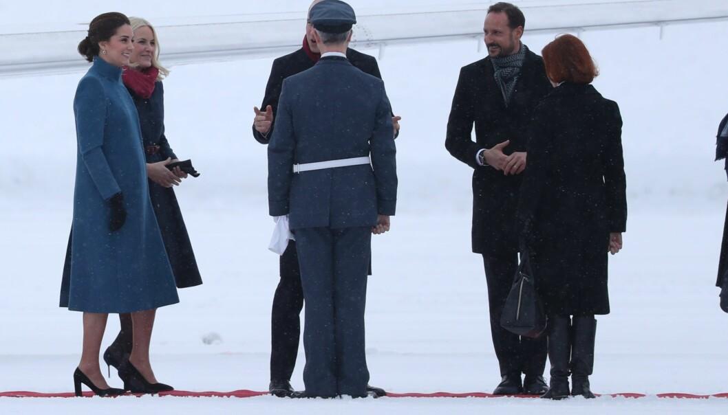 <strong>GOD STEMNING:</strong> Prins William så ut til å være i sitt ess etter ankomsten på Gardermoen. Foto: ANdreas Fadum/ Se og Hør