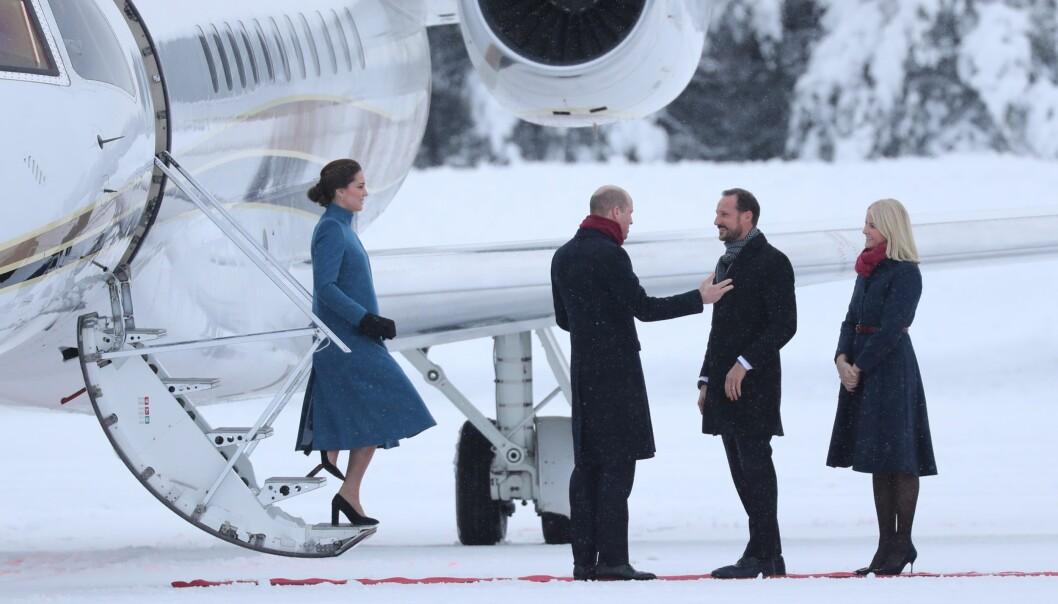 <strong>KONGELIG HEI:</strong> Prins William og kronprins Haakon så ut til å utveksle noen gode ord på flystripa tidlig torsdag ettermiddag. Foto: Andreas Fadum/ Se og Hør