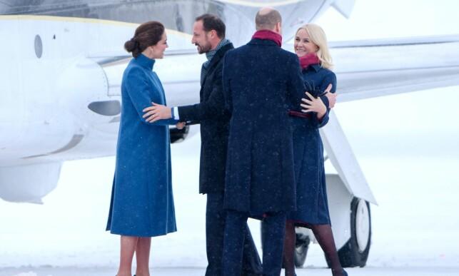 ØNSKET VELKOMMEN: Hertuginne Kate og prins William ankom Norge like etter klokka 12.00 torsdag ettermiddag. Kronprinsparet sto klare for å klemme britene. Foto: NTB scanpix