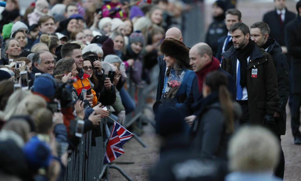 TOK SEG GOD TID: Hertuginne Kate og prins William hilste på de skuelystne ved Slottet. Foto: Cornelius Poppe / NTB scanpix
