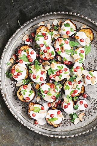 MIDTØSTEN PÅ ET FAT: Aubergine med spisskummenyoghurt og granateplekjerner. Foto: Bahar Kitapci