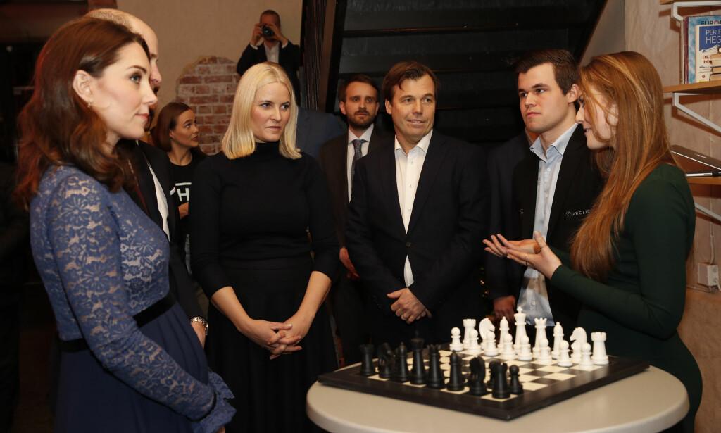 KATE DUKKET OPP LIKEVEL: Hertuginne Kate, prins William og kronprinsesse Mette-Marit sammen med Magnus Carlsen på MESH i Oslo. Foto: NTB scanpix