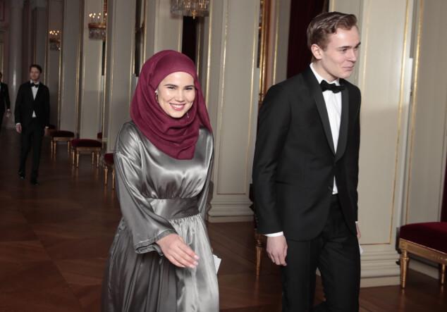 I GODT HUMØR: «Skam»-stjernene Iman Meskini og Tarjei Sandvik Moe på plass inne på Slottet. Foto: NTB scanpix