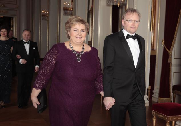 STORT SMIL OM MUNNEN: Statsminister Erna Solberg og ektemannen Sindre Finnes ankom Slottet hånd-i-hånd. Foto: NTB scanpix