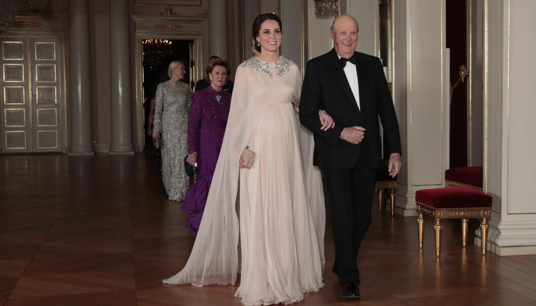 ARM-I-ARM: Det var kong Harald som fulgte hertuginne Kate inn til middagen torsdag kveld. Foto: NTB scanpix