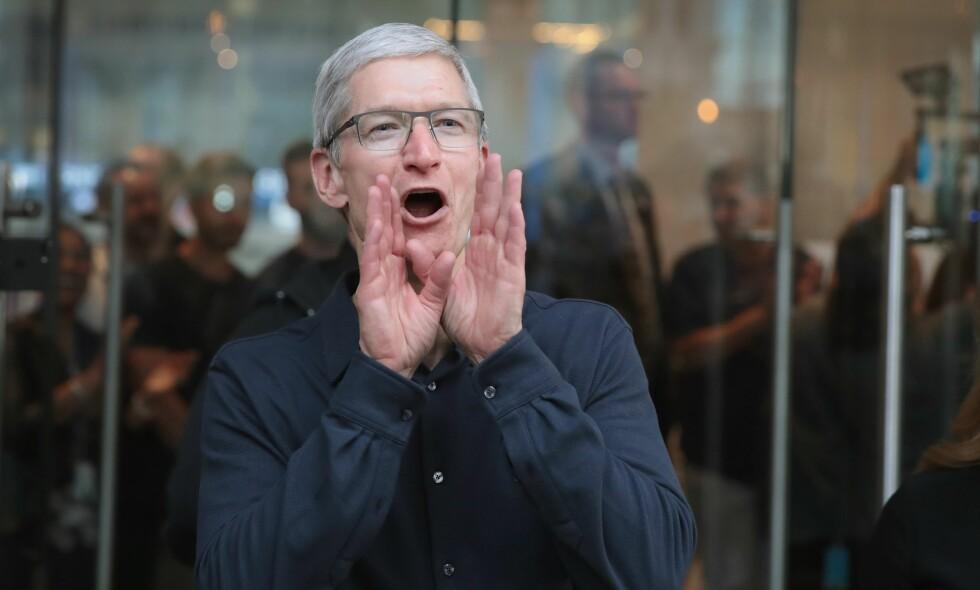 VARSKO: Det er grunn til å rope av glede for Apple-sjef Tim Cook. De gikk med 20 milliarder i overskudd i fjerde kvartal i fjor. Foto: Scott Olson / AFP / NTB Scanpix