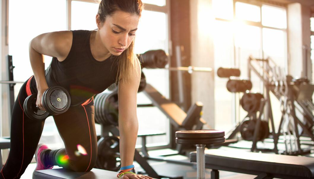 STYRKETRENING: Tunge vekter gjør deg sterk i maksløft, men muskelmassen øker om du løfter lettere også. FOTO: NTB Scanpix