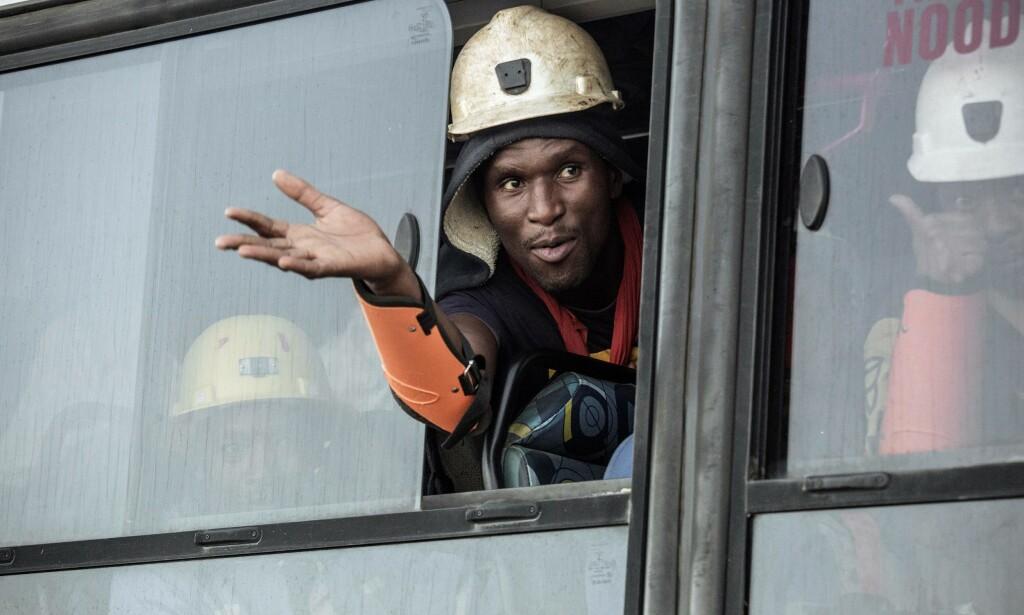 REDDET: Gruvearbeiderne på en buss vekk fra gruveområdet. Nesten tusen arbeidere ble fanget under bakken på grunn av et strømbrudd onsdag kveld. Foto: AFP PHOTO / GIANLUIGI GUERCIA