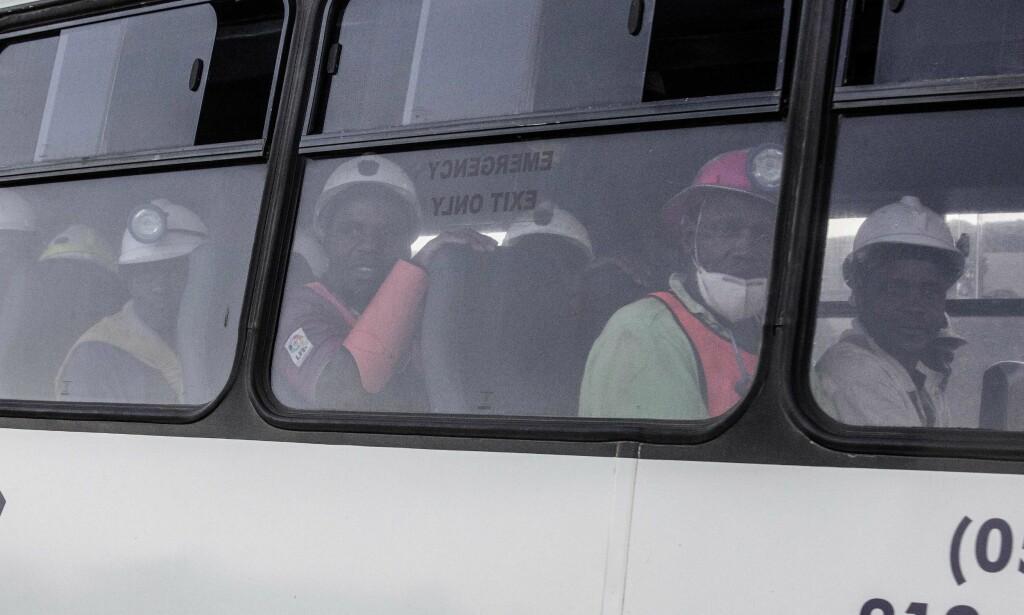 REDDET: Hundrevis av gruvearbeidere ble fanget under bakken som følge av et strømbrudd. Fredag kom meldingen om at alle var reddet. Foto: / AFP PHOTO / GIANLUIGI GUERCIA