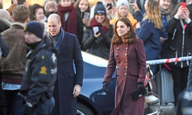 PÅ BESØK: Tarjei Sandvik Moe (t.v) sto klar da prins William og hertuginne Kate ankom Hartvig Nissen videregående skole fredag formiddag. Foto: NTB scanpix