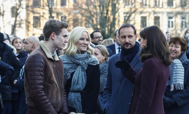 HYGGESTUND: Utenfor skolen tok hertuginnen og kronprinsparet seg tid til å prate med Sandvik Moe. Han var for øvrig til stede under gallamiddagen på Slottet torsdag kveld. Foto: NTB scanpix