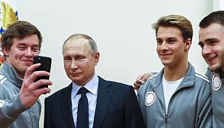 image: Ikke ferdig juksa: Her tar de en selfie av en mørk framtid