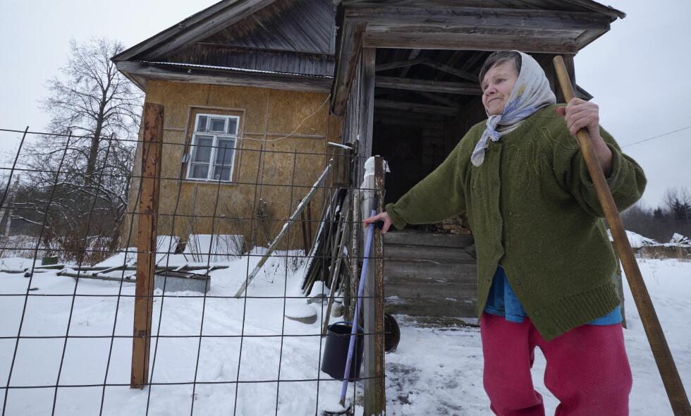 ALENE: Valentina Dmitrievna Veselova (77) er den eneste igjen i landsbyen Keramik, cirka ti mil utenfor St. Peterburg i Russland. Foto: Sergej Gratsjov / Dagbladet