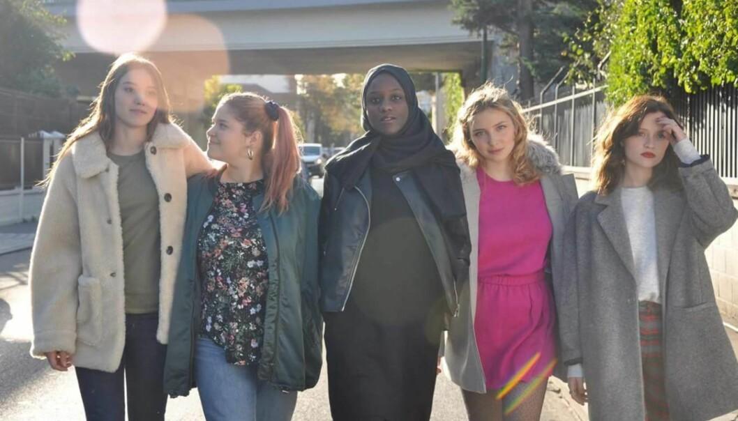 FRANSKE JENTER: Disse fem jentene bekler de fem kvinnelige hovedrollene i den franske versjonen av NRK-suksessen «Skam». Foto: «Skam» France/ Facebook
