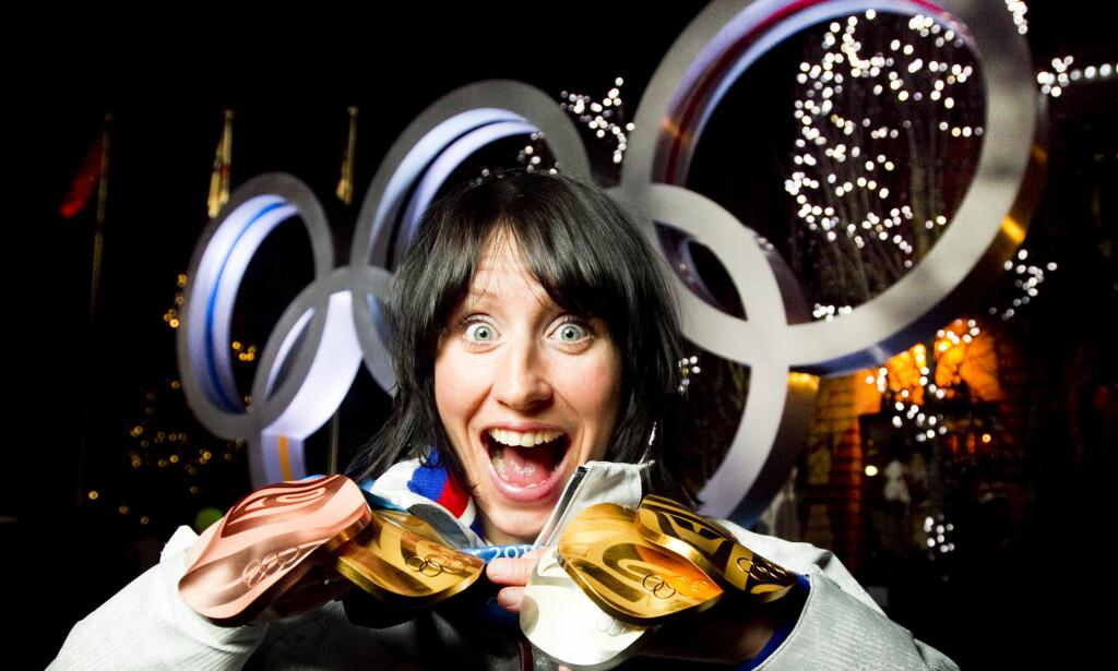 STORT GULLHÅP: Marit Bjørgen med alle medaljene hun tok i langrenn i Whistler Olympic Park under OL i Vancouver 2010. Tre gull (stafett, skiathlon, lagsprint), en sølv i 30 km og en bronse på 10 km. Foto: NTB Scanpix