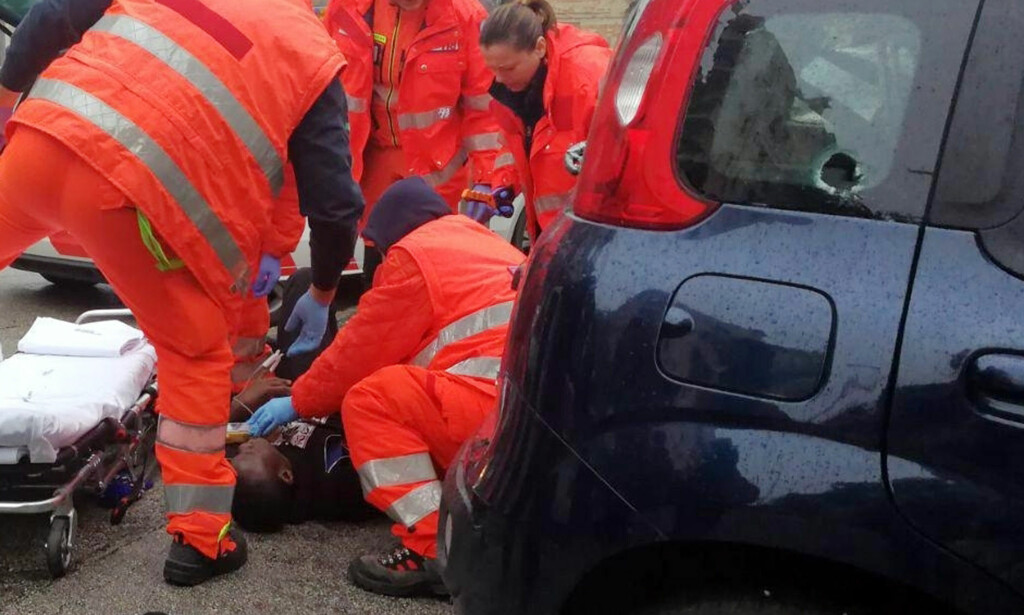 SKADD: En av de skadde får hjelp av ambulansepersonell. Totalt ble seks personer skadd i angrepet - tilstanden er livstruende for en av dem. Foto: ANSA / AP / NTB scanpix