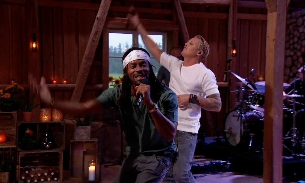 VINNIE-DUETT: Tshawe Baqwa fikk hjelp av Vinni til å framføre «Stuck In My Head» som første låt i kveldens «Hver gang vi møtes» på TV 2. Vinni rapper i oriiginalen til Tone Damli også. Foto: TV 2