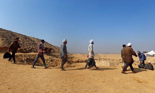 GRAVKAMMER: Arkeologer har oppdaget et 4400 år gammel gravkammer i nærheten av de berømte pyramidene på Giza-platået utenfor Kairo, opplyser egyptiske myndigheter. Foto: Amr Abdallah Dalsh / reuters /Scanpix