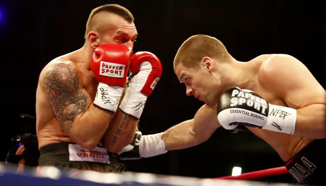 HAMRET LØS: Daniel Venci forsøkte å stå imot slagene til Kai Robin Havnaa. Men han var i realiteten sjanseløs. Foto: NTB Scanpix
