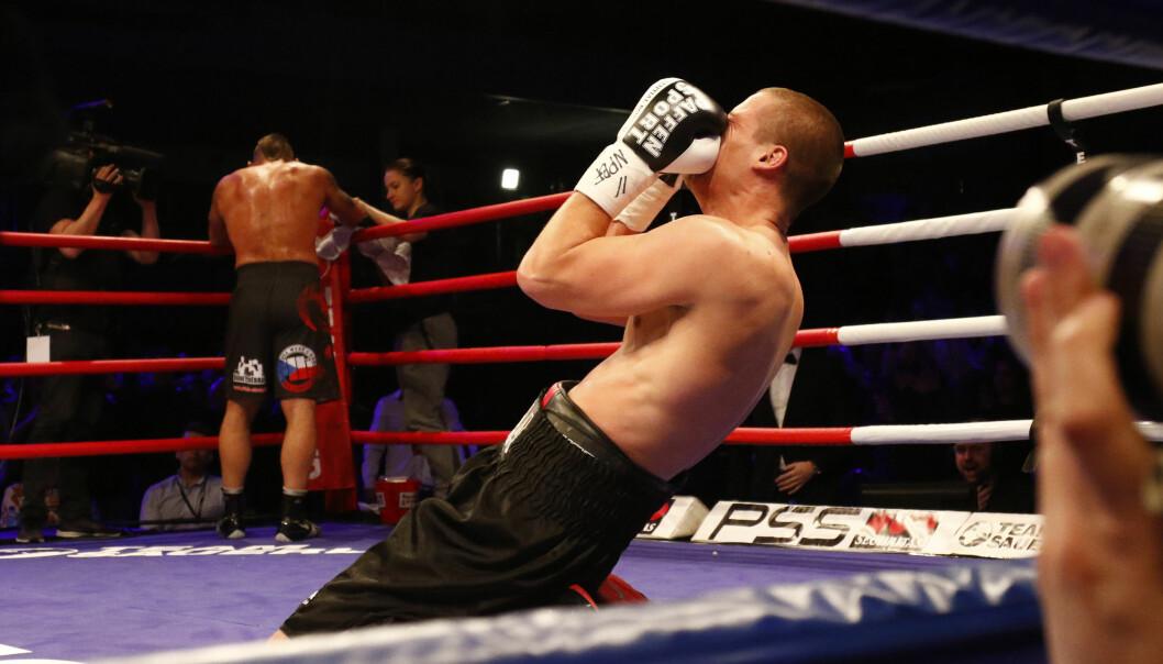 SANK PÅ KNE: Kai Robin Havnaa sank lykkelig ned på kne etter seieren. Motstander Daniel Vencl står resignert i sitt hjørne. Foto: NTB Scanpix