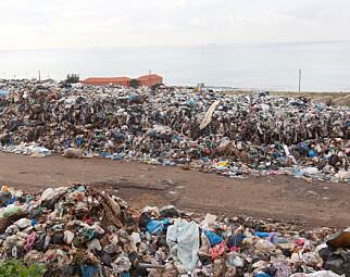 BERG: Bildet vuiser noe av søppelet som vokser til berg ved stranda. Foto: Aziz Taher / Reuters / NTB Scanpix