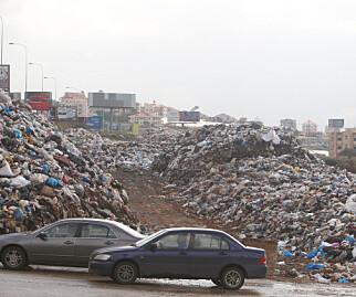 TRAFIKK: Trafikken går forbi søppelfyllinga i Jiyeh i Libanon. Foto: Aziz Taher / Reuters / NTB Scanpix