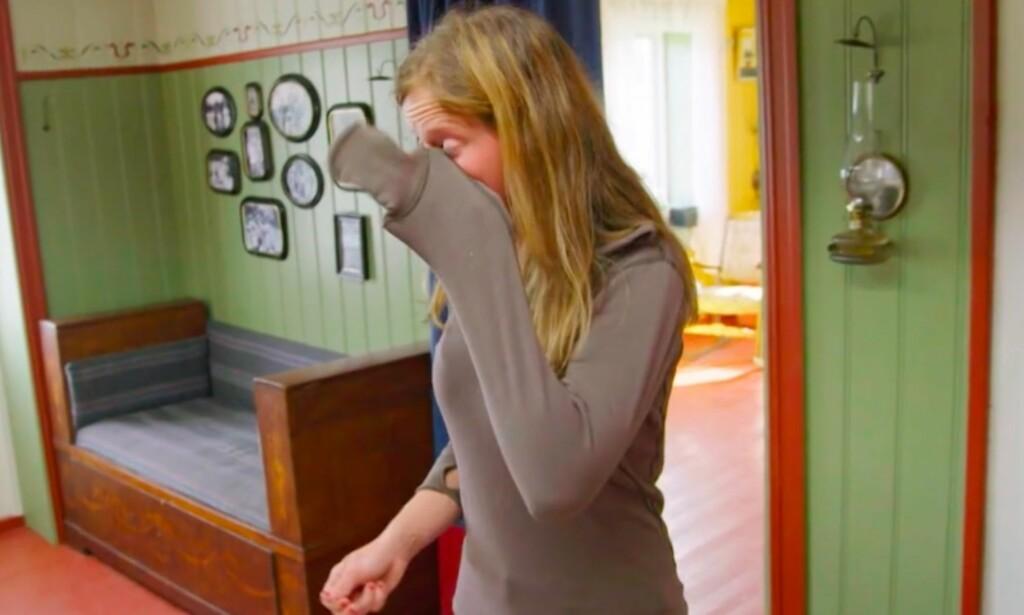 BRYTER UT I TÅRER: Inga Berit Lein bryter sammen når de andre deltakerne konfronterer henne med matjukset. Foto: Tv 2
