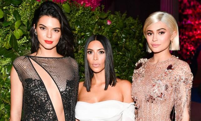 BERØMTE SØSTRE: Kylie Jenner (t.h) avbildet med søstrene Kendall Jenner (t.v) og Kim Kardashian. Foto: NTB scanpix