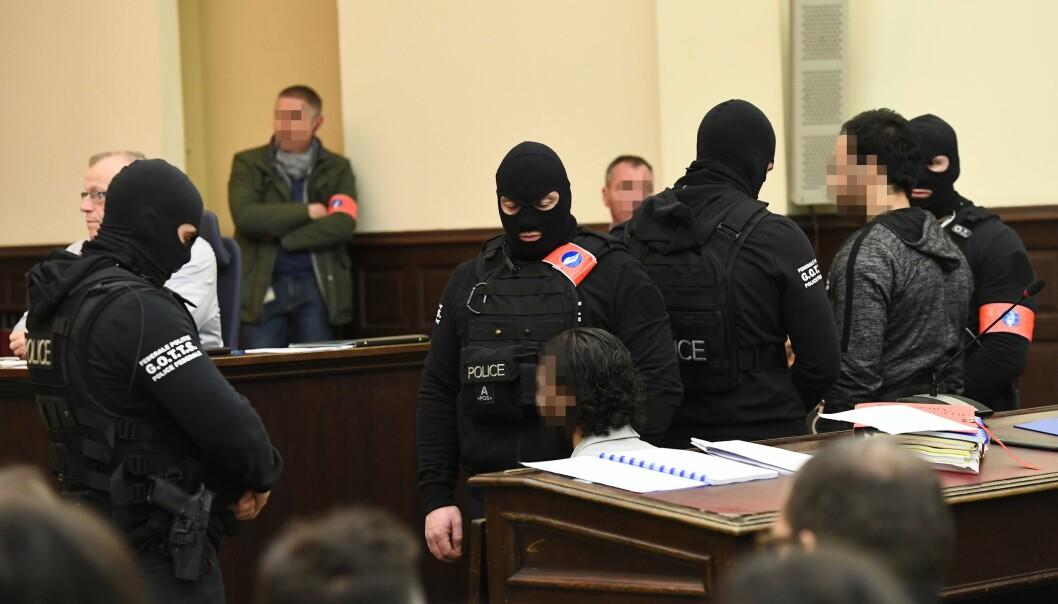 SIKKERHETSOPPBUD: Salah Abdeslam er omringet av politimenn i retten i dag. Foto: Scanpix
