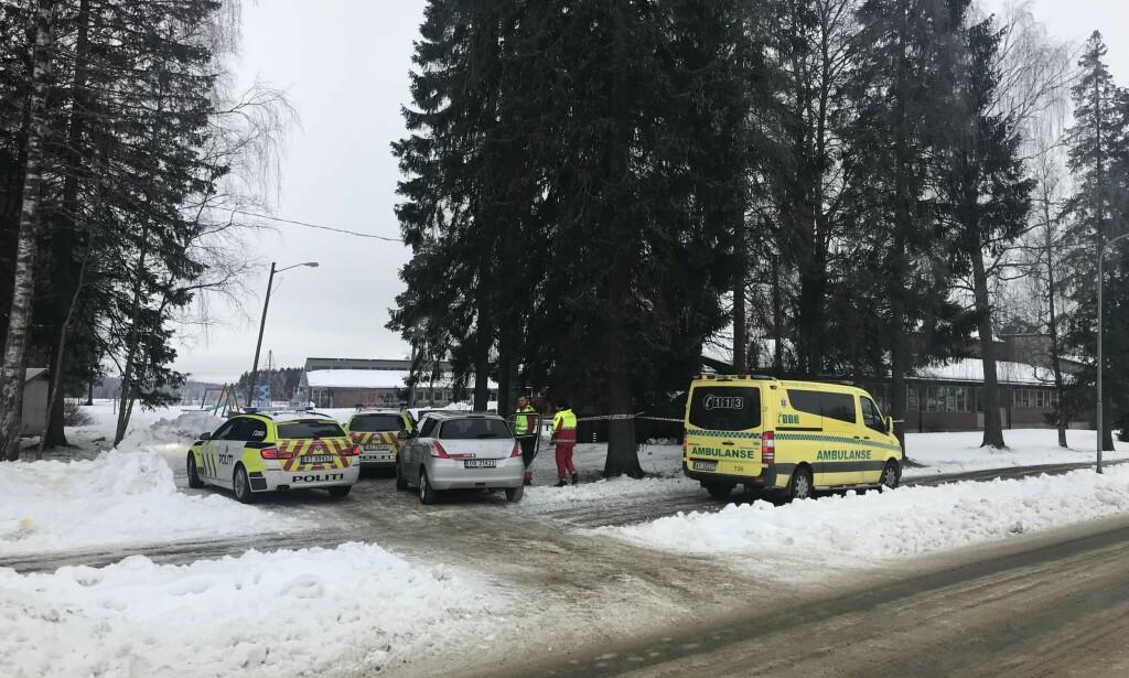 SPERRET AV: Politiet har sperret av området ved Korsgård skole i Askim. Foto: Freddie Larsen
