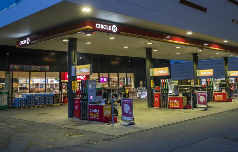 PRISKRIG: Circle K vil ha slutt på den tradisjonelle prisujevnheten i løpet av uka. Her fra Circle Ks stasjon på Fornebu, i Bærum kommune. Foto: NTB Scanpix