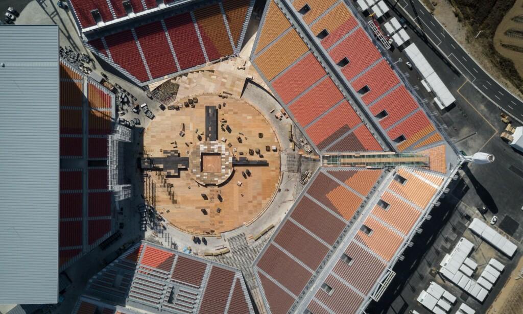 SKAL RIVES: Den olympiske stadion sett ovenfra. Den har kostet 800 milloner, men skal rives etter OL. Det samme gjelder flere andre anlegg bygd til det store mesterskapet. Arrangøren trenger økonomisk hjelp for å klare å vedlikeholde de ulike arenaene. Foto: AFP/Ed Jones / NTB Scanpix