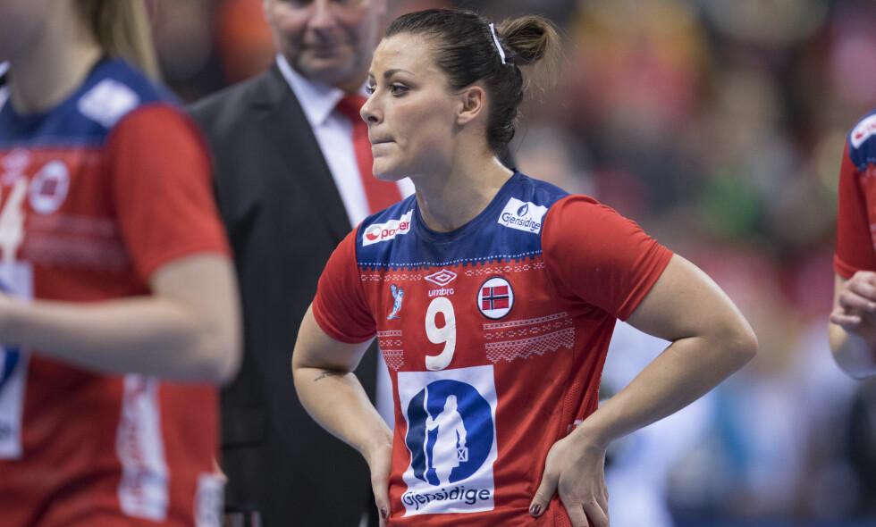 SKADET: Nora Mørk fortvilet etter finaletapet mot Frankrike i desember. I kveldens mesterligakamp for Györ ble hun båret av banen med skade. Foto: Vidar Ruud / NTB scanpix