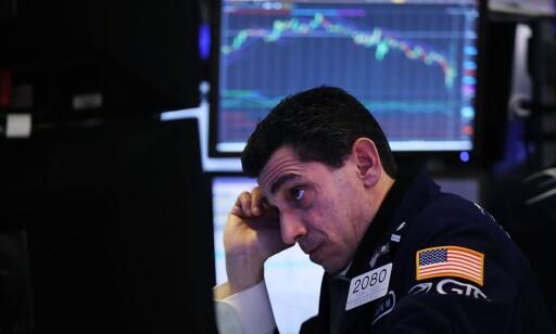 BØRSFALL: Dow Jones-indeksen endte ned over 4,6 prosent mandag etter kraftig børsfall i USA. Foto: Spencer Platt/Getty Images/AFP