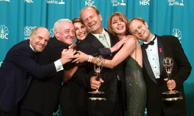 FRASIER: Her er skuespillerne i Frasier samlet etter at serien fikk Emmy-pris i 1998. F.v: Dan Butler(Bob Briscoe), John Mahoney (Martin Crane), Pero Gilpin (Roz Doyle), Kelsey Grammer (Frasier Crane), Jane Leeves (Daphne Moone) og David Hyde Pierce (Niles Crane). Foto: AP Photo / Reed Saxon / NTB scanpix