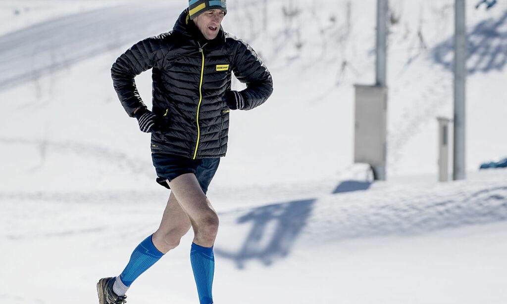 image: Engelsk OL-reporter ville «forstå mer av langrenn» - jogget løypa rundt i kortbukse i 15 kuldegrader