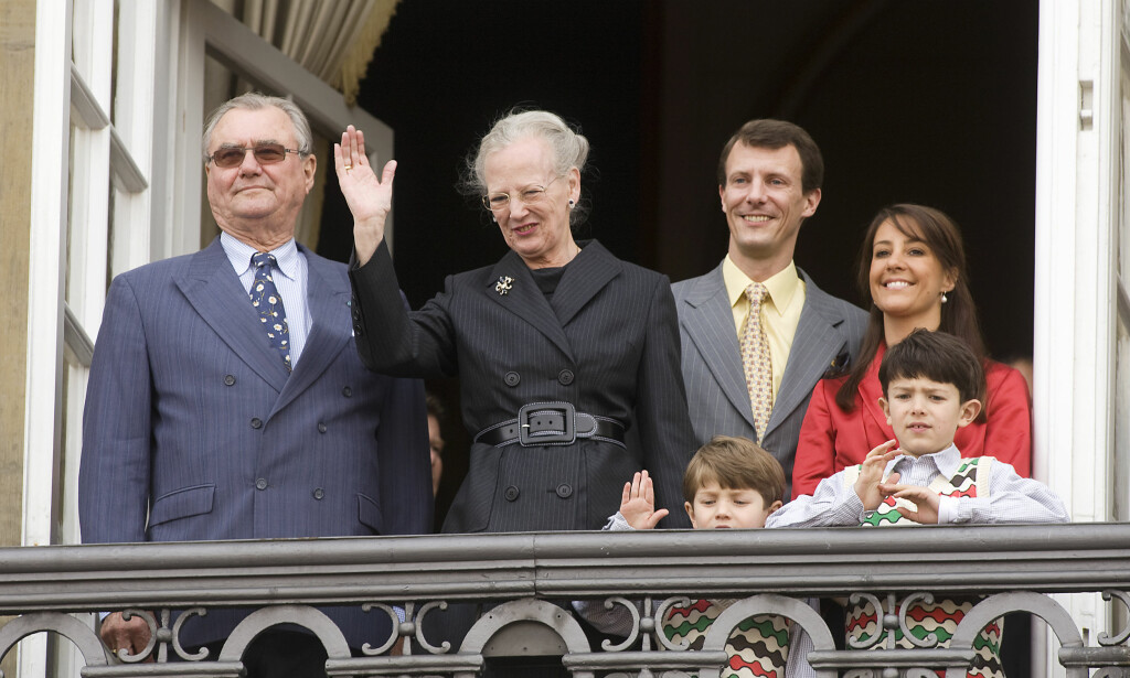 SYK: Prins Henrik har vært preget av en rekke helsemessige utfordringer de siste månedene. Her er han avbildet ved siden av dronning Margrethe på Amalienborg Slotsplads i København i 2008. Til høyre for dronningen står prins Joachim. Foto: Rune Evensen / Scanpix